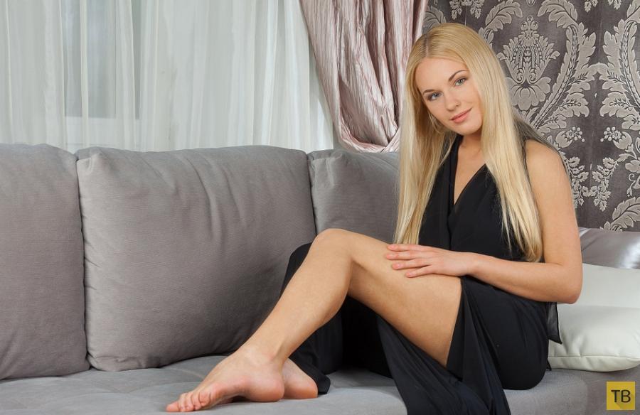 Длинноволосая красавица-блондинка (13 фото)