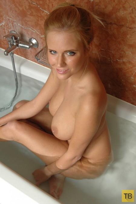 Симпатичная блондинка с большими сиськами (18 фото)