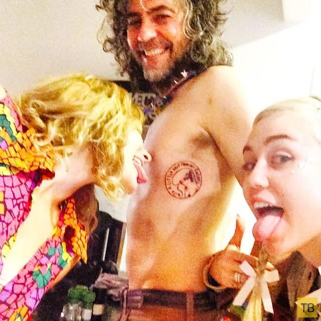 Майли Сайрус и ее друзья сделали тату в честь ее умершего пса (8 фото)