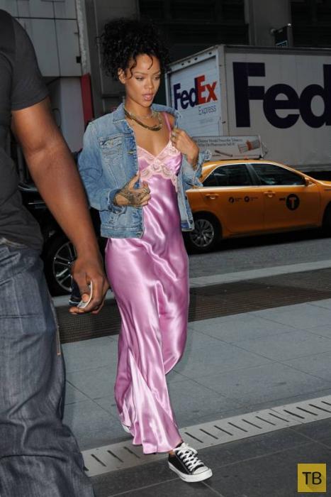 Икона стиля - Рианна вышла на улицу в ночной рубашке (10 фото)