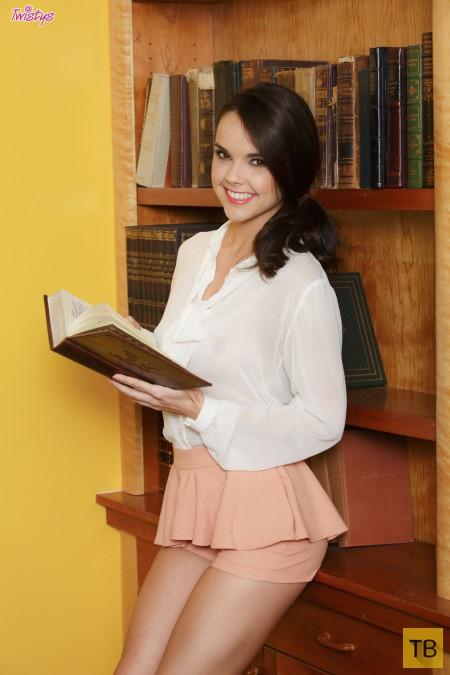 Студентка в библиотеке (11 фото)
