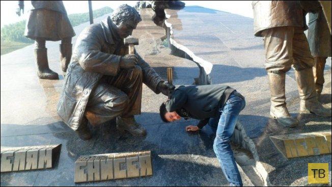 Прикольные фотографии с памятниками (30 фото)