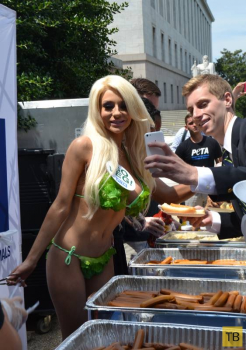 Кортни Стодден в бикини из салатных листьев агитирует за вегетарианство (16 фото)