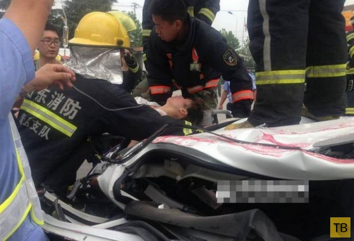 Жесть!!! Контейнер раздавил легковой автомобиль (9 фото)