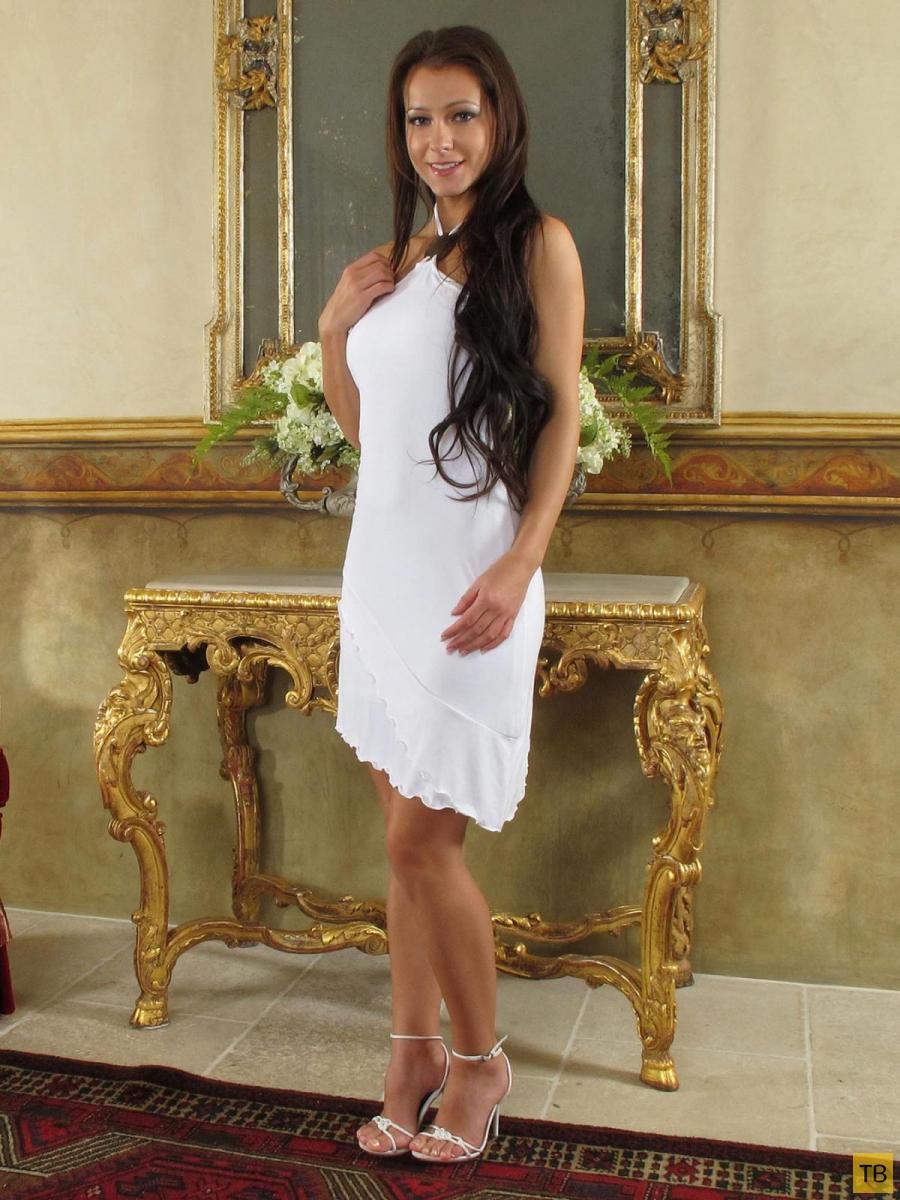 Симпатичная девушка в беленьком платьице (11 фото)