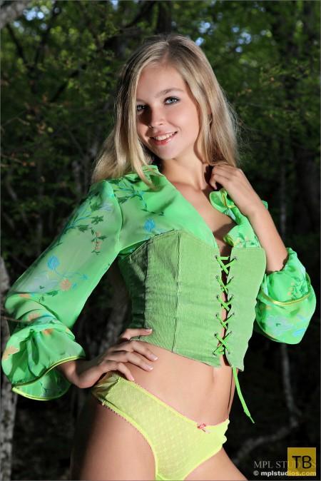 Худенькая блондинка с красивым загаром (13 фото)