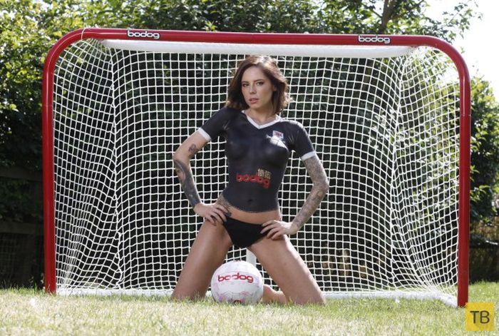 Презентация новой футбольной формы на девушке топлес (6 фото)