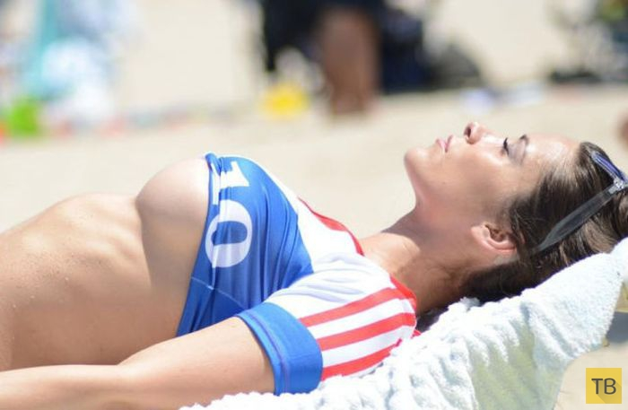 Французская модель Playboy Анаис Занотти - патриотка даже на пляже (7 фото)