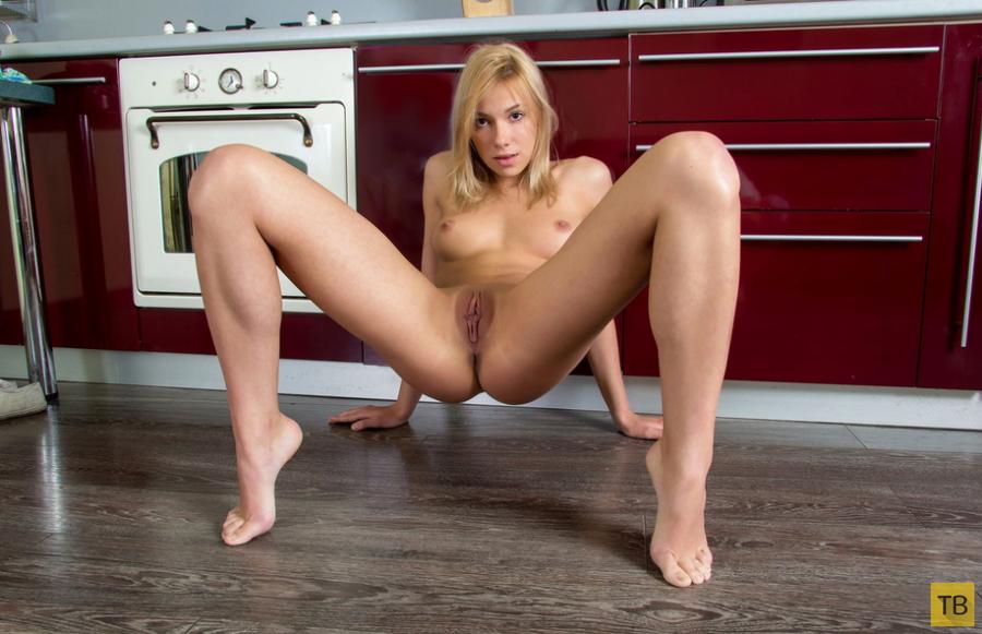 Симпатичная девушка на кухне (13 фото)