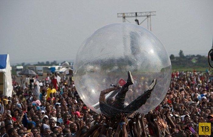 Как не заразиться вирусом Эбола от толпы во время концерта в Африке (3 фото)