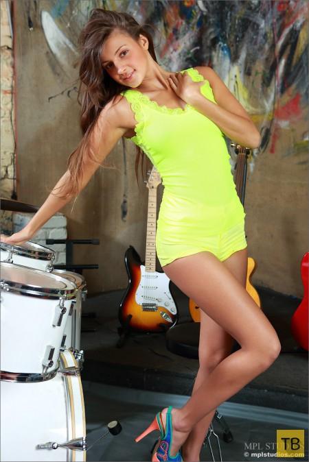 Музыкальная красавица (13 фото)