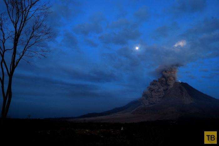 Извержение вулкана в Индонезии (22 фото)