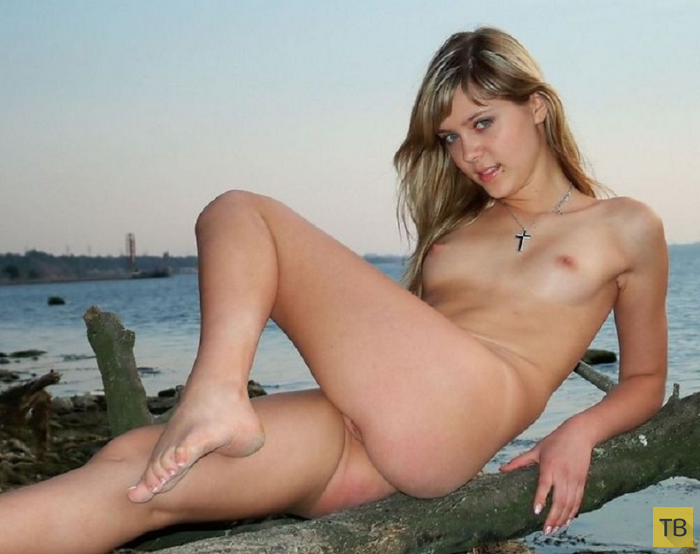 Красивая блондинка на ступеньках (24 фото)