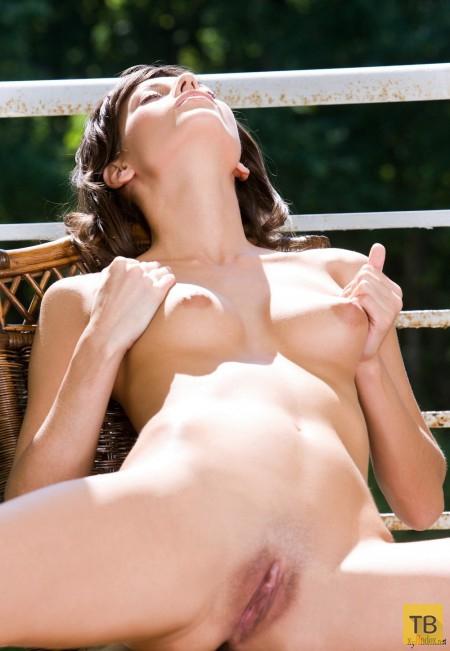 Худенькая брюнетка с красивыми сисечками (16 фото)