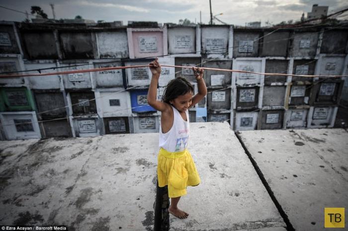 Жители трущоб в Маниле готовятся к ежегодному фестивалю дня мертвых (8 фото)