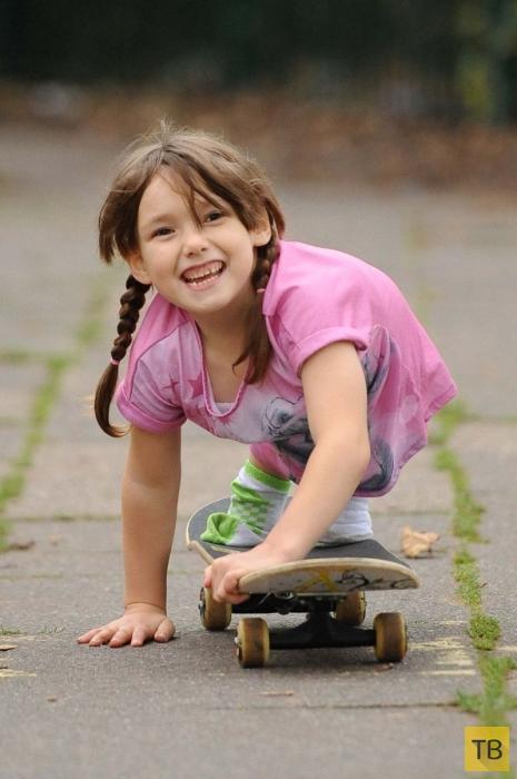Девочка, оставшаяся без ног, нашла выход (7 фото)