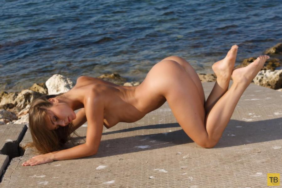 Худенькая красотка на берегу моря (25 фото)