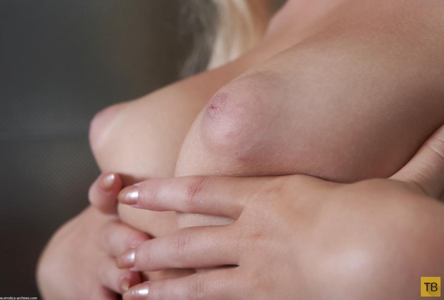 Блондинка с красивыми сисечками (16 фото)