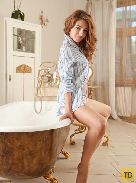 Рыженькая в ванной комнате (32 фото)