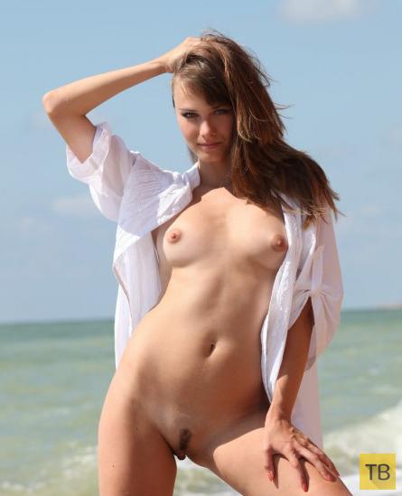 Миленькая девушка на морском песочке, часть 2 (13 фото)