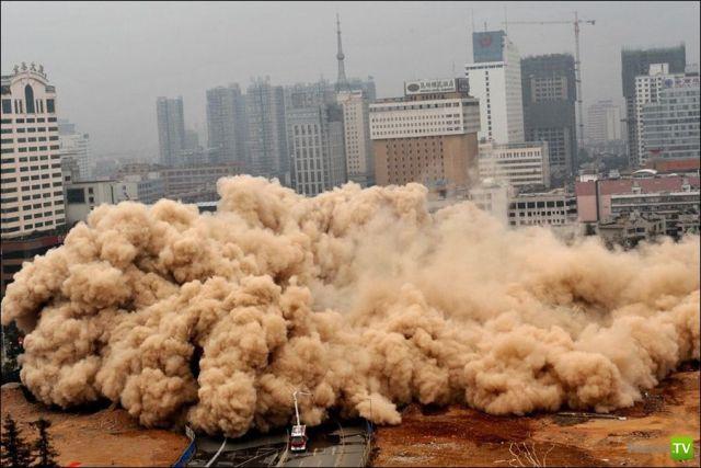 Подрыв 80 метрового здания в Китае (7 фото)