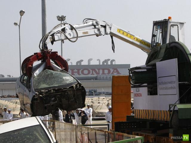 Honda уничтожает 1055 автомобилей утопленников (11 фото)