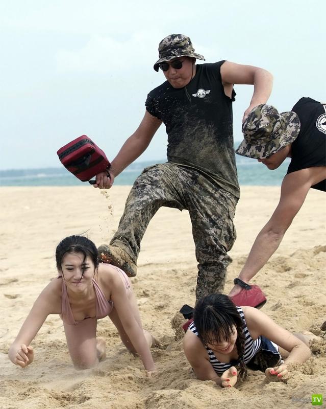 Телохранители в бикини (14 фото)
