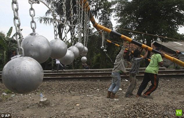 Как в Индонезии борются с безбилетниками. Жесть (4 фото)