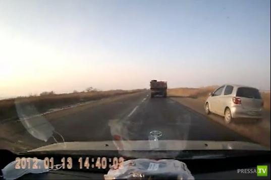 Камикадзе на Toyota Yaris чуть не попал под Бензовоз
