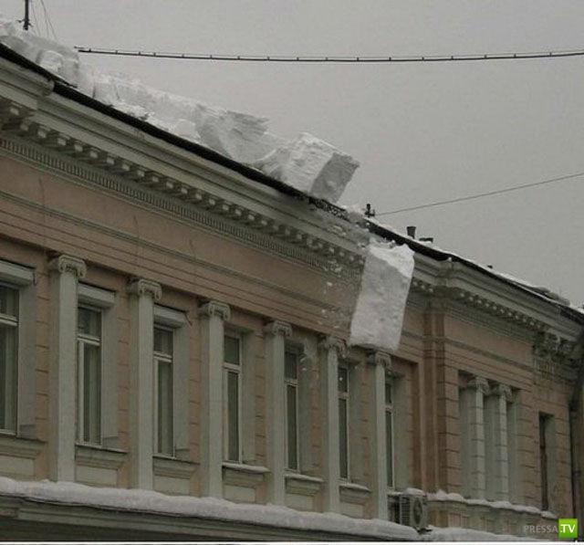 Неудачная очистка крыши от снега (3 фото)