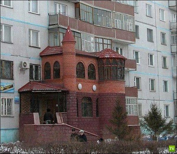Скромная пристройка к жилому дому (2 фото)