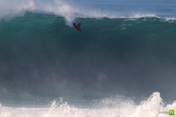 Серфинг на гигантских волнах (23 фото)
