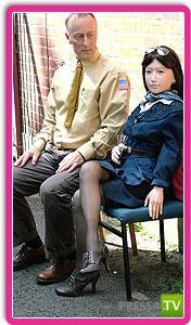 Джентльмен из Англии опять женился на резиновой кукле (5 фото)