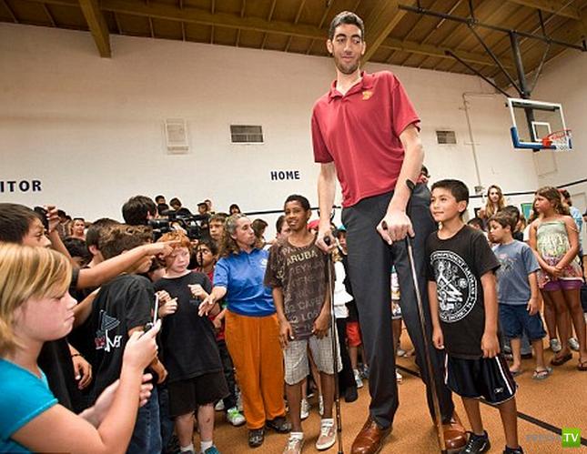 Самый высокий человек в мире наконец перестал расти ... (5 фото)