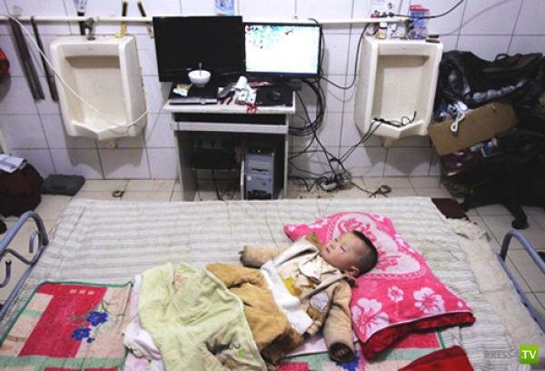 Китайская семья живет в заброшенном туалете (9 фото)