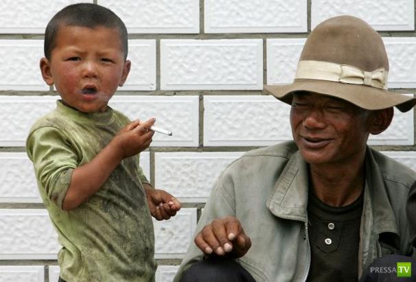 Бедствие Индонезии. Малолетние курильщики (6 фото + 2 видео)