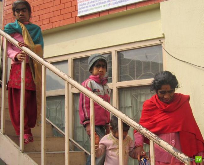 Непальская семья с редкой болезнью ... (4 фото)