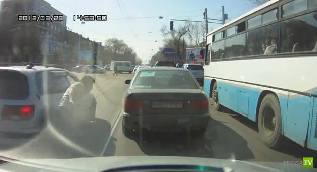 Во как... Пешеход врезался в авто !!!
