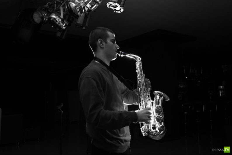 Жизнь заново. Саксофонист без пальцев... (12 фото + видео)