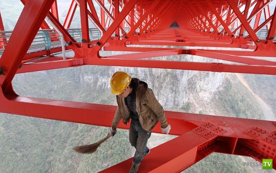 В Китае построили самый длинный подвесной мост в мире ... (6 фото)