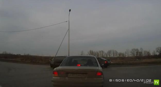 Авария в Омске... этого подкинуло, а того развернуло, а этому оторвало!