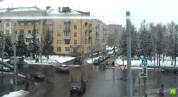 В Рыбинске пешеход переходит на красный свет...