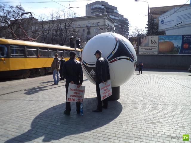 """Зло наказано... по-днепропетровски. Хотели разбить мяч """"Евро-2012"""". (4 фото + видео)"""