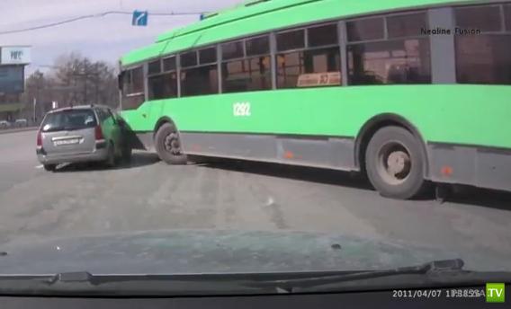 Столкновение с троллейбусом... Девушка за рулем