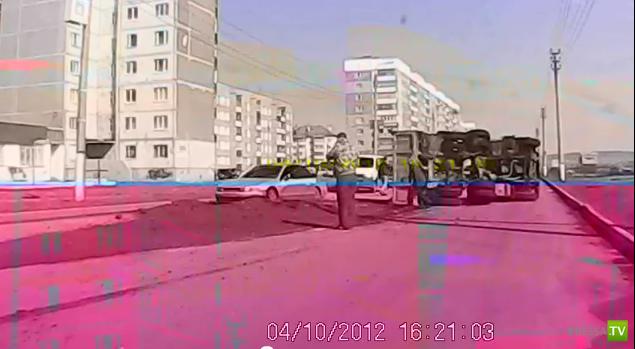 В городе Салават перевернулся КАМАЗ с песком...
