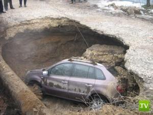 В Туле провалился под землю джип...