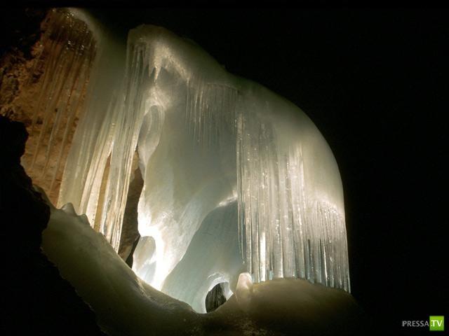 Крупнейшая в мире ледяная пещера Айсризенвельт (8 фото)