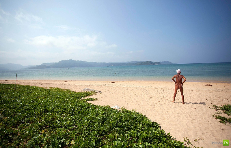 Японец-нудист на острове Сотобанари (5 фото)