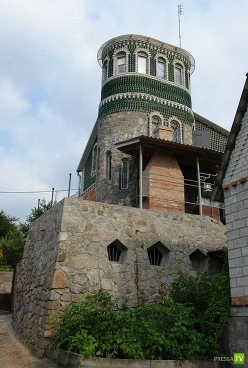 Житель Запорожья построил дворец из бутылок (10 фото)