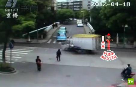 Велосипедистка ехала на красный... ДТП в Китае